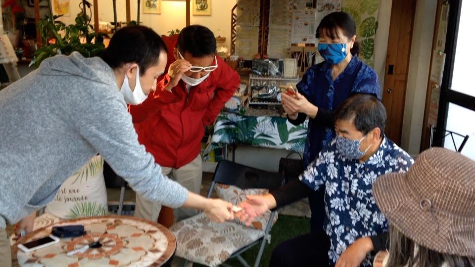 復活するカード 青梅のカフェシエスタへマジシャンデリバリーサービス