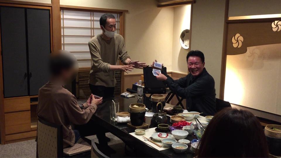 上手にシャフルするチャンプさん 大人の誕生会でマジシャンのマジックショー 神奈川県横浜市泉区
