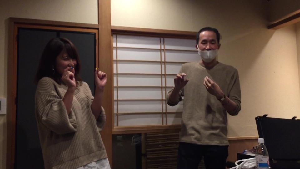 シャッターチャンスです 大人の誕生会でマジシャンのマジックショー 神奈川県横浜市泉区