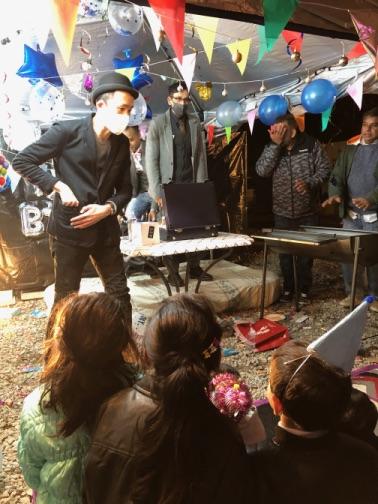 マジシャン登場 4歳のお誕生日国際屋外パーティーにマジシャンのマジックショー 埼玉県狭山市