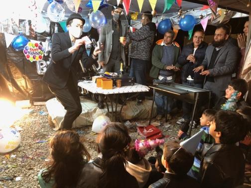 トランプのプレゼント 4歳のお誕生日国際屋外パーティーにマジシャンのマジックショー 埼玉県狭山市