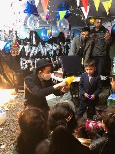 シルクマジック 4歳のお誕生日国際屋外パーティーにマジシャンのマジックショー 埼玉県狭山市