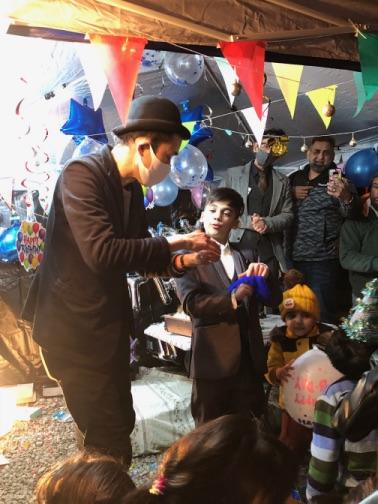 手にシルクを押し込む 4歳のお誕生日国際屋外パーティーにマジシャンのマジックショー 埼玉県狭山市