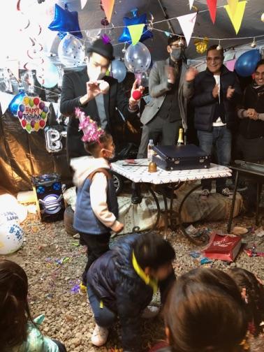 2つのボールが出現 4歳のお誕生日国際屋外パーティーにマジシャンのマジックショー 埼玉県狭山市