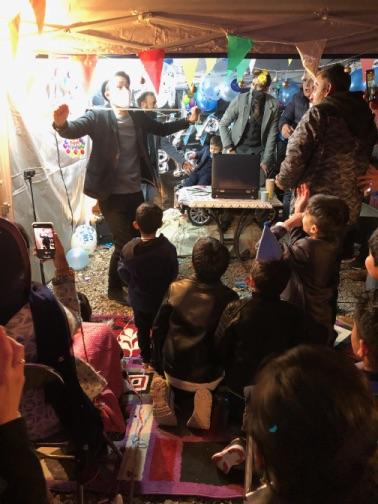 ロープの首抜け 4歳のお誕生日国際屋外パーティーにマジシャンのマジックショー 埼玉県狭山市