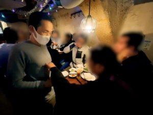 マジシャンの胸を調べるお客さん 配達員の方の忘年会にマジシャンデリバリー 東京都渋谷区道玄坂