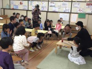 6歳児クラスで驚く子供たち 保育園の父母の会主催のお楽しみ会イベントでマジシャンのマジックショー 東京都練馬区