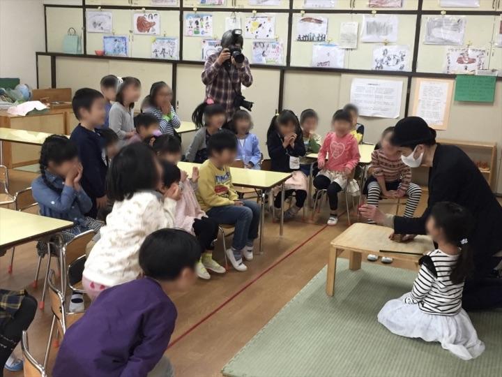 6歳児クラスでカップからデカイボールが出現 保育園の父母の会主催のお楽しみ会イベントでマジシャンのマジックショー 東京都練馬区