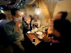 ネックレスを取り出すと 配達員の方の忘年会にマジシャン出前デリバリー 東京都渋谷区道玄坂