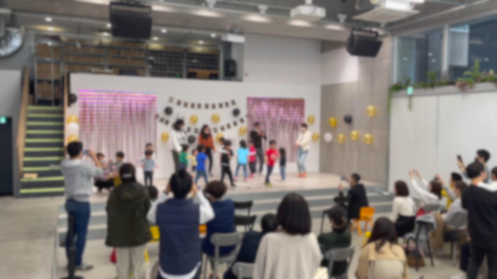 音楽に合わせて踊る子供たち TJ International school Graduation party event マジシャンのマジックショー