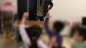 手を上げる子供 卒園入学お祝いホームパーティーでマジシャンの出張/派遣マジックショー 神奈川県茅ヶ崎市