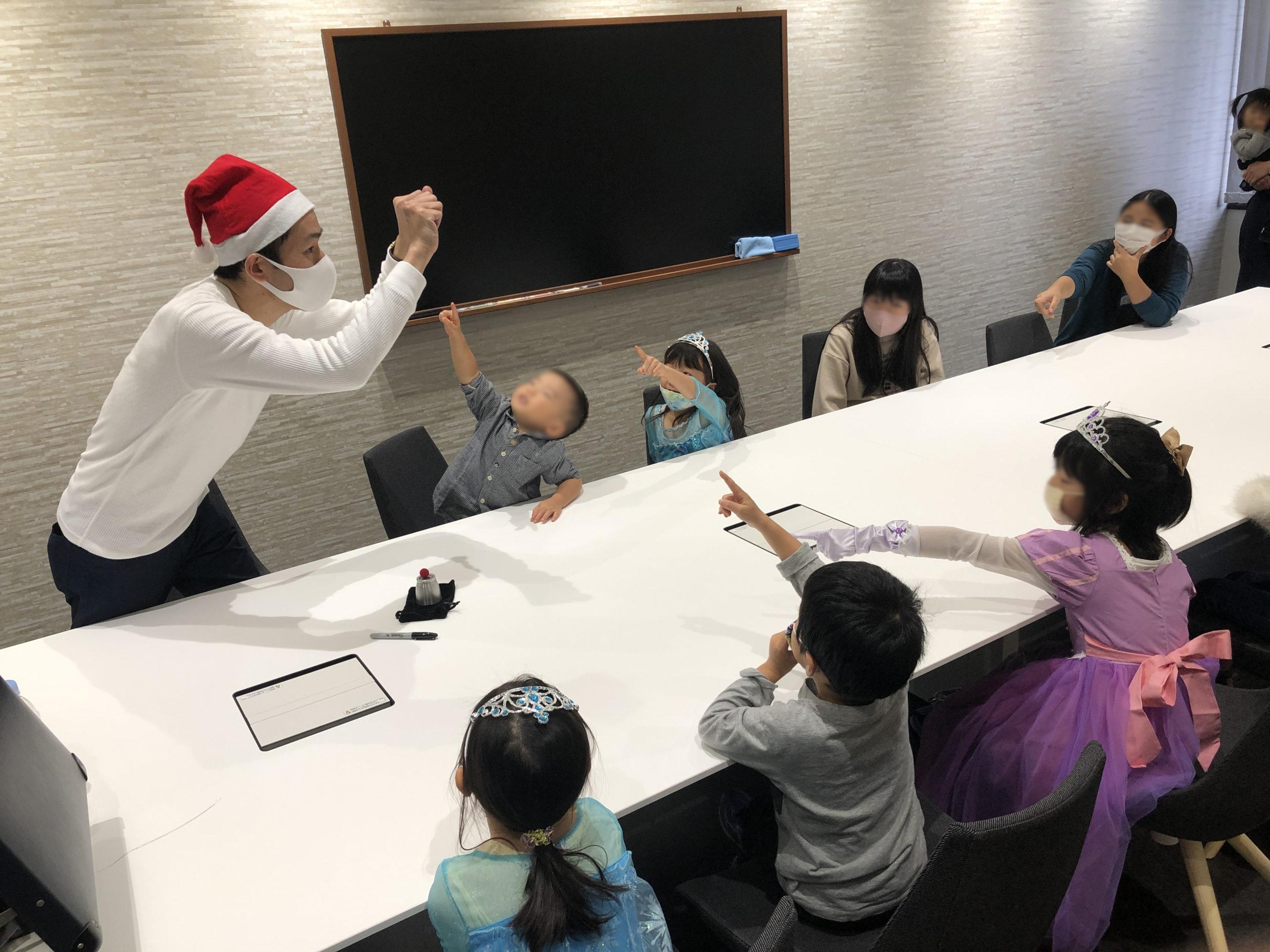 どっちの手に握っている? 子供向け 企業のファミリークリスマスパーティーでマジシャンのマジックショー 東京都千代田区