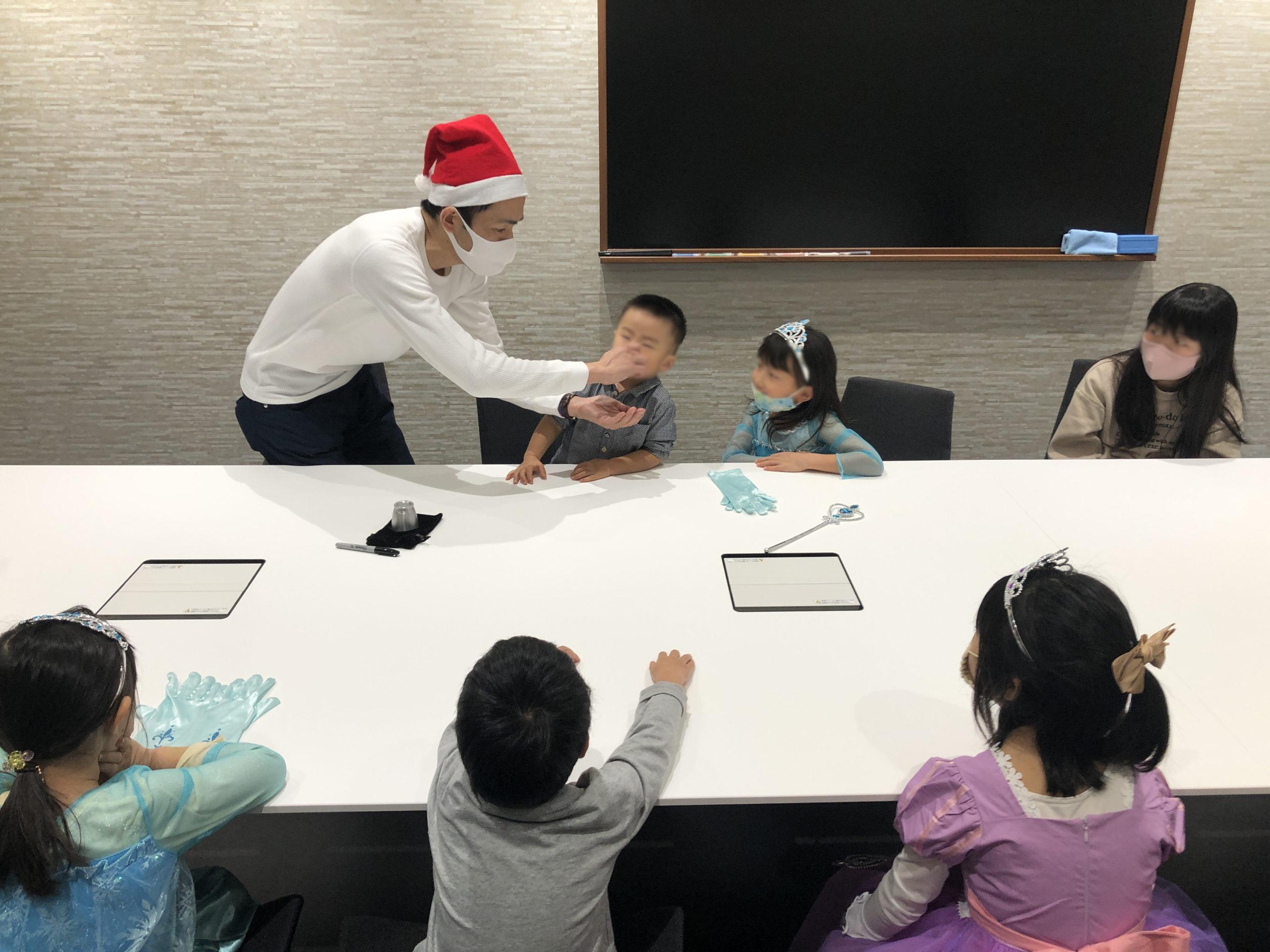 鼻からボールが出現 子供向け 企業のファミリークリスマスパーティーでマジシャンのマジックショー 東京都千代田区