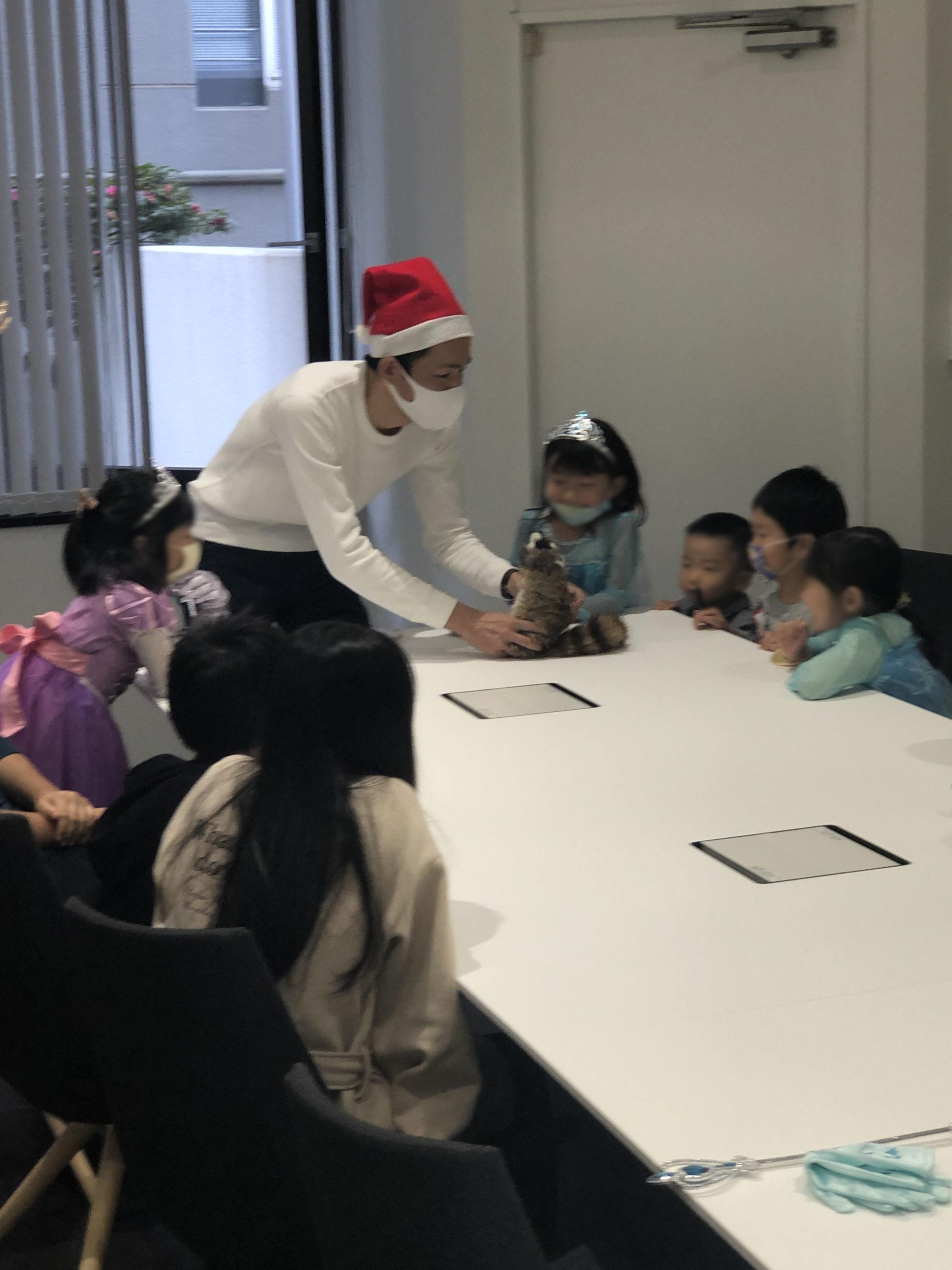 ダンスを踊るロッキー 子供向け 企業のファミリークリスマスパーティーでマジシャンのマジックショー 東京都千代田区
