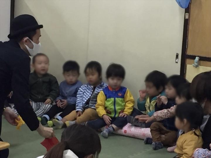 1歳園児クラスの子 保育園の父母の会主催のお楽しみ会イベントでマジシャンのマジックショー 東京都練馬区