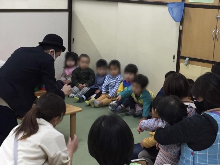 1歳児クラスで魔法を手伝う園児 保育園の父母の会主催のお楽しみ会イベントでマジシャンのマジックショー 東京都練馬区