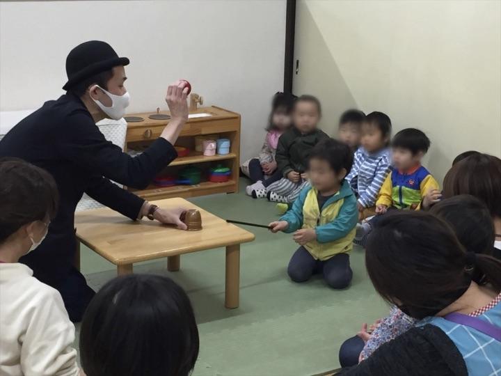 1歳児クラスでカップからでっかいボールが出現 保育園の父母の会主催のお楽しみ会イベントでマジシャンのマジックショー 東京都練馬区