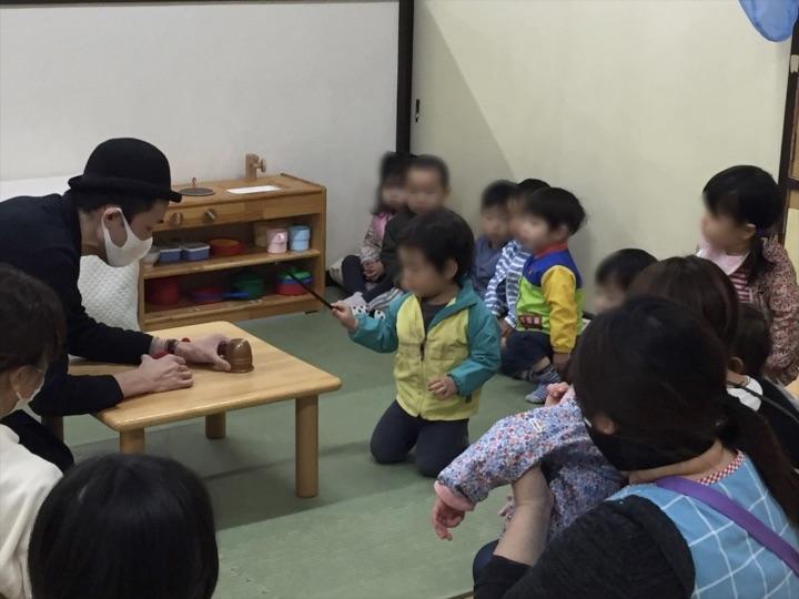 1歳児クラスで魔法の杖を使う園児 保育園の父母の会主催のお楽しみ会イベントでマジシャンのマジックショー 東京都練馬区