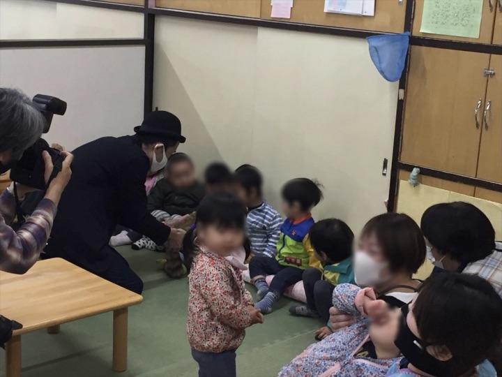 1歳児クラスでラクーンを触る 保育園の父母の会主催のお楽しみ会イベントでマジシャンのマジックショー 東京都練馬区