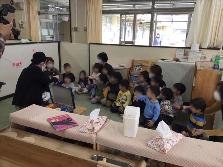 2、3歳児クラスでマジックを鑑賞する子供 保育園の父母の会主催のお楽しみ会イベントでマジシャンのマジックショー 東京都練馬区
