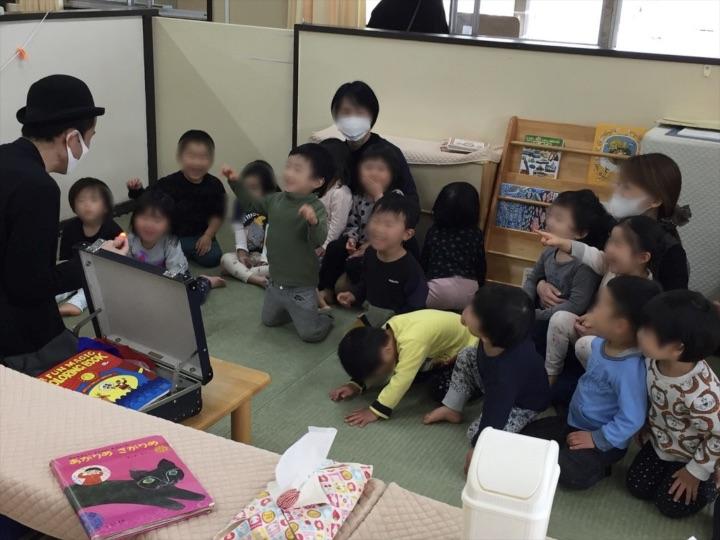 2、3歳児クラスでライトに喜ぶ子 保育園の父母の会主催のお楽しみ会イベントでマジシャンのマジックショー 東京都練馬区