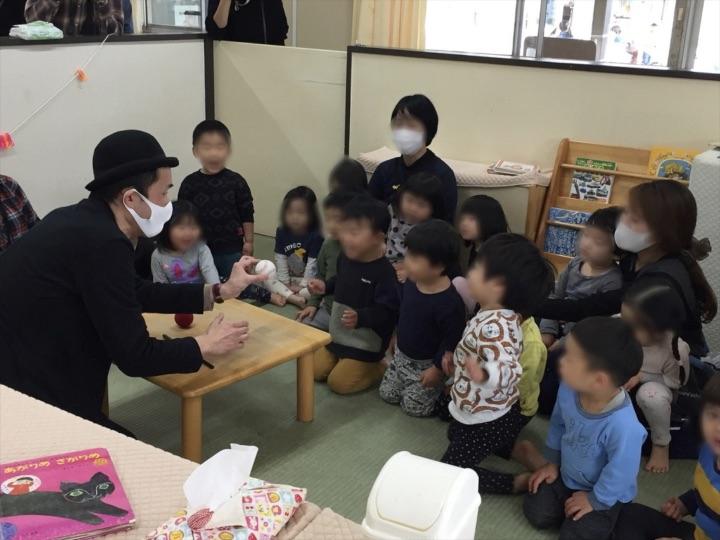 2、3歳児クラスで野球ボールの出現 保育園の父母の会主催のお楽しみ会イベントでマジシャンのマジックショー 東京都練馬区