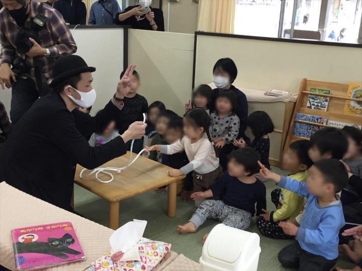 2、3歳児クラス チョキでロープ切り 保育園の父母の会主催のお楽しみ会イベントでマジシャンのマジックショー 東京都練馬区
