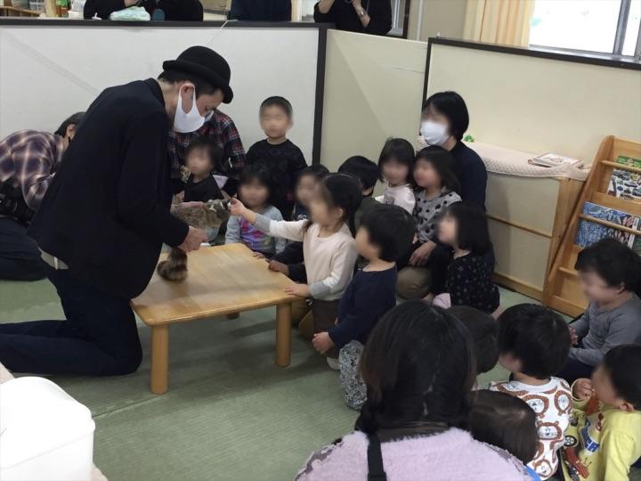 2、3歳児クラス ロッキーラクーン 保育園の父母の会主催のお楽しみ会イベントでマジシャンのマジックショー 東京都練馬区