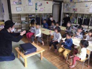 4歳児クラス ハンカチマジック 保育園の父母の会主催のお楽しみ会イベントでマジシャンのマジックショー 東京都練馬区