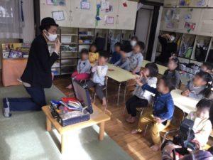 4歳児クラスで光を食べる 保育園の父母の会主催のお楽しみ会イベントでマジシャンのマジックショー 東京都練馬区