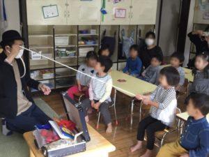 4歳児クラスで園児とロープの引っ張り合い 保育園の父母の会主催のお楽しみ会イベントでマジシャンのマジックショー 東京都練馬区