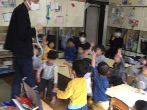 4歳児クラスでロープを切りたい園児 保育園の父母の会主催のお楽しみ会イベントでマジシャンのマジックショー 東京都練馬区
