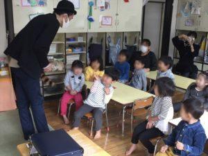 4歳児クラスでロッキーラクーン 保育園の父母の会主催のお楽しみ会イベントでマジシャンのマジックショー 東京都練馬区