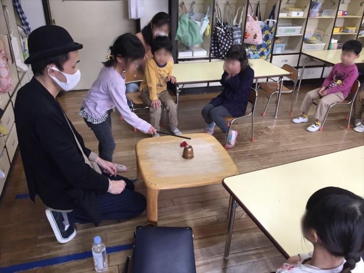 5歳児クラス ウォンドでカップに魔法 保育園の父母の会主催のお楽しみ会イベントでマジシャンのマジックショー 東京都練馬区