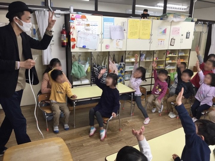 5歳児クラスでロープを切ってみたい園児 保育園の父母の会主催のお楽しみ会イベントでマジシャンのマジックショー 東京都練馬区
