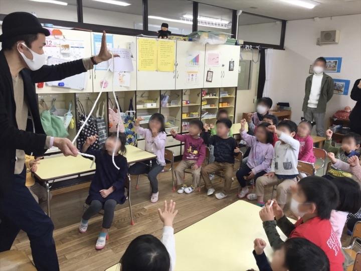 5歳児クラスでマジシャンと一緒に魔法をかける園児 保育園の父母の会主催のお楽しみ会イベントでマジシャンのマジックショー 東京都練馬区