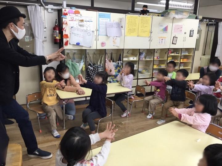 5歳児クラスで手が手を貫通 保育園の父母の会主催のお楽しみ会イベントでマジシャンのマジックショー 東京都練馬区