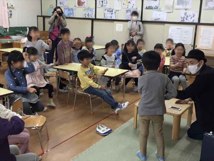 6歳児クラスでハンカチ消失マジック 保育園の父母の会主催のお楽しみ会イベントでマジシャンのマジックショー 東京都練馬区