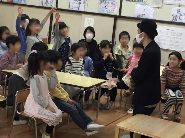 6歳児クラスでロッキーラクーン 保育園の父母の会主催のお楽しみ会イベントでマジシャンのマジックショー 東京都練馬区