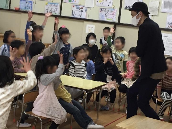6歳児クラス 人気のラクーン 保育園の父母の会主催のお楽しみ会イベントでマジシャンのマジックショー 東京都練馬区