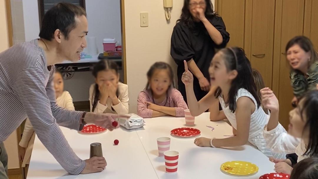 マジシャンに指摘をする娘 8歳の娘さんのお誕生会で出張マジシャンのマジックショー 東京都港区