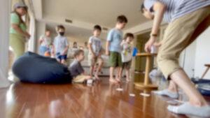 サインしたカードがペットボトルの中に! 6歳の男の子のバースデーパーティーに出張マジシャンマジックショー 港区東京都