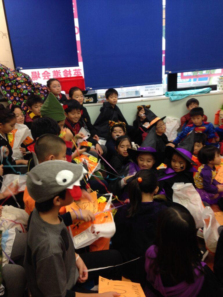 ハロウィンの仮装をした子供たち 英語教室のハロウィンパーティーで出張マジシャンの子供向けマジックショー in 東京都世田谷区九品仏