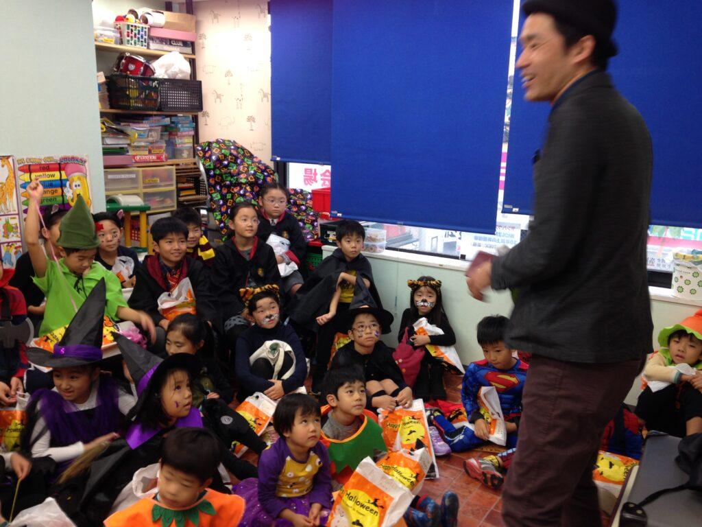 仮装した子供達で教室はびっしり 英語教室のハロウィンパーティーで出張マジシャンの子供向けマジックショー in 東京都世田谷区九品仏