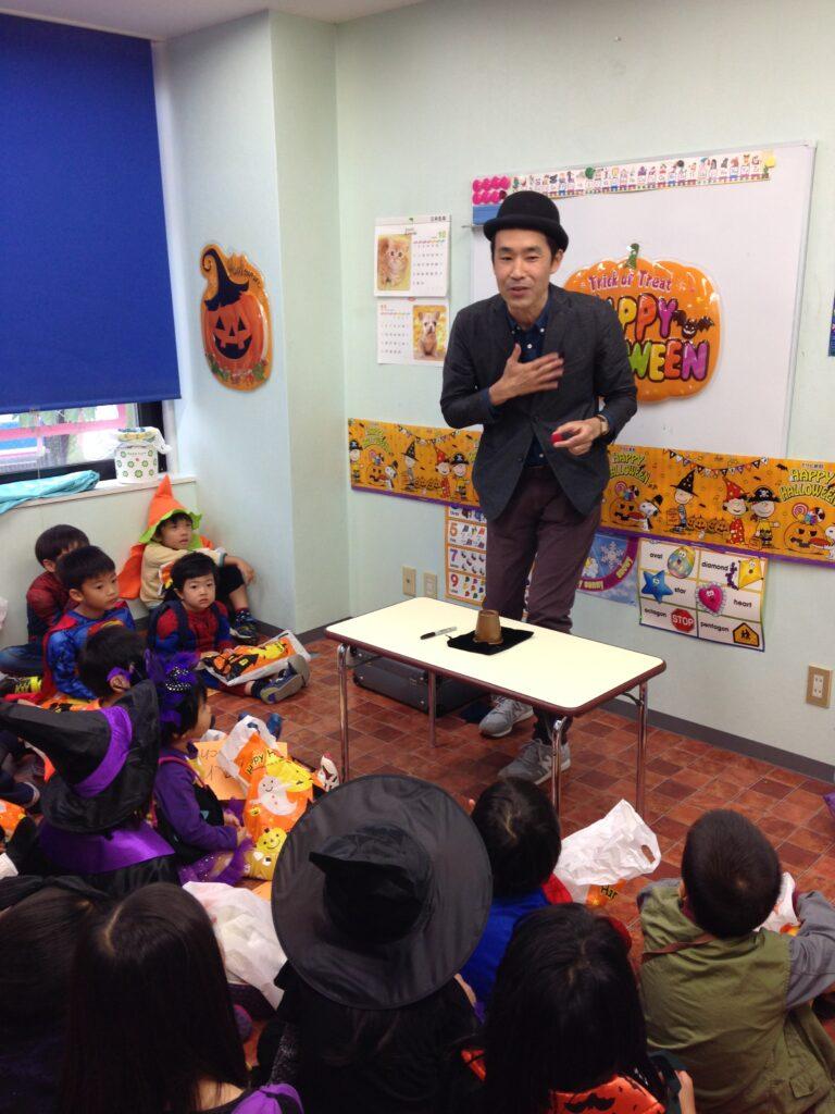 カップアンドボール 英語教室のハロウィンパーティーで出張マジシャンの子供向けマジックショー in 東京都世田谷区九品仏