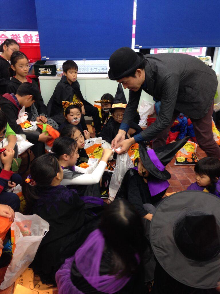 シルクを強く結んでもらう 英語教室のハロウィンパーティーで出張マジシャンの子供向けマジックショー in 東京都世田谷区九品仏