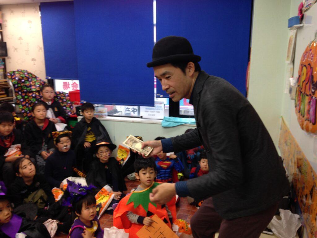 お札が増えるよ! 英語教室のハロウィンパーティーで出張マジシャンの子供向けマジックショー in 東京都世田谷区九品仏