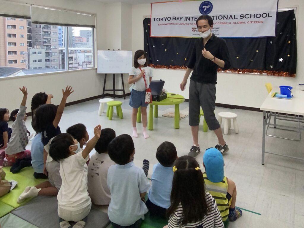 子供のお手伝い 東京ベイインターナショナルサマースクールでマジシャンの子供向けマジックショー