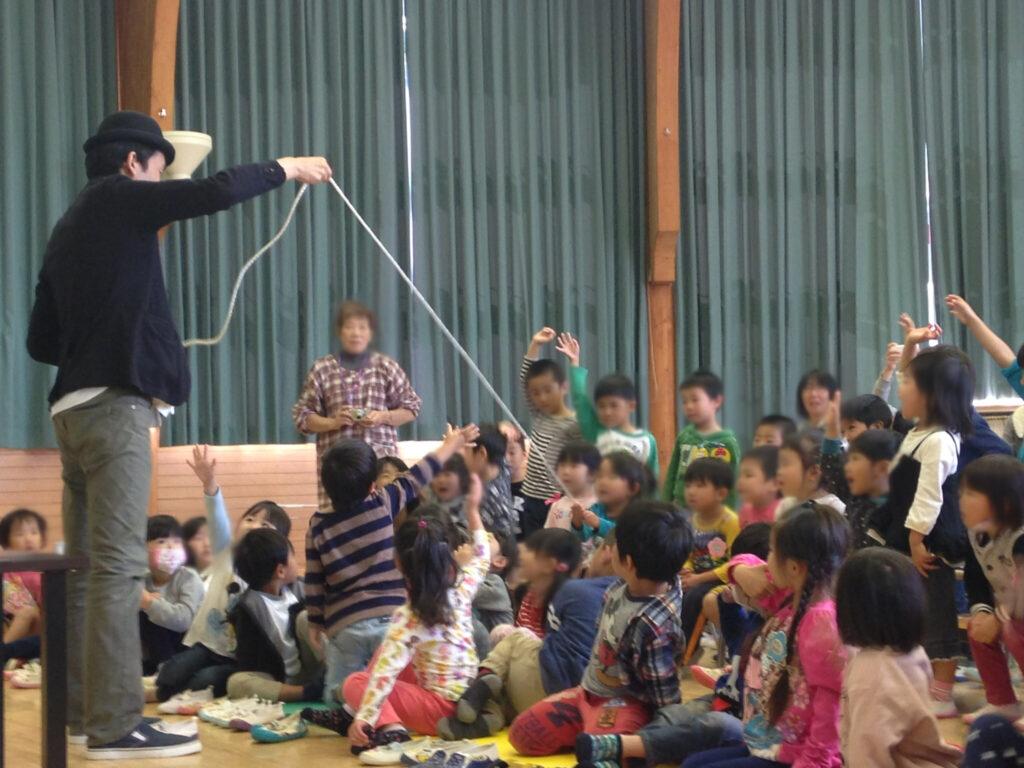 幼稚園でマジシャンの幼児向けマジックショー